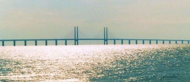 Der Öresundzug fährt über die Öresundbrücke