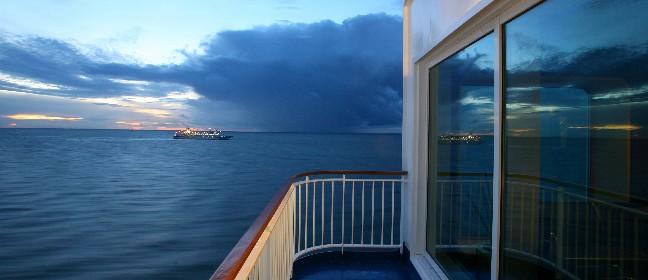 Ostseefähren kreuzen bei Nacht