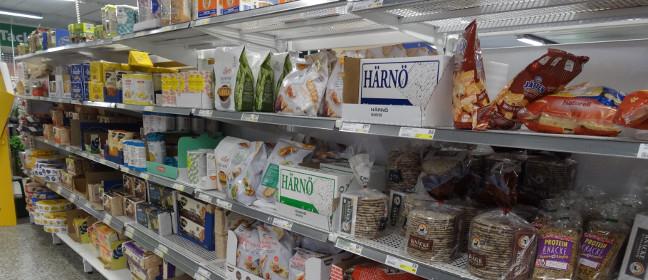 Lebensmittelregal in schwedischem Supermarkt